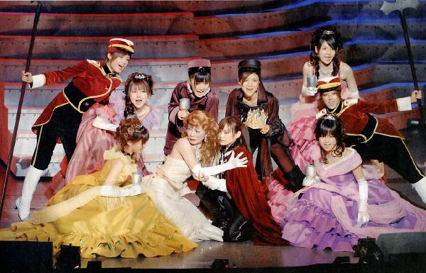 "Morning Musume en Takarazuka representando la obra ""Ribbon no Kishi"" (La princesa caballero)"
