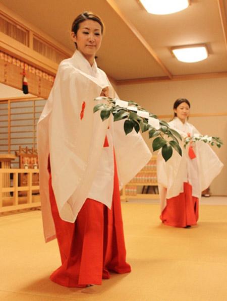 """Las sacerdotizas miko """"limpian"""" el espíritu. Metafóricamente, las idols japonesas cumplen en la sociedad el mismo papel de las sacerdotizas."""