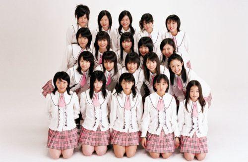 AKB48 debuta y retoma el concepto de idol tradicional. (2005)