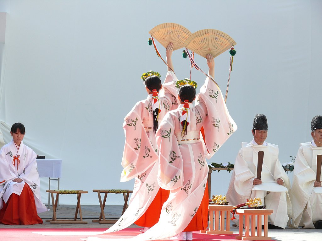 """En la tradición shinto, las sacerdotizas miko representan la imágen de pureza, heredada por tradición al género artístico """"idol"""" japonés."""